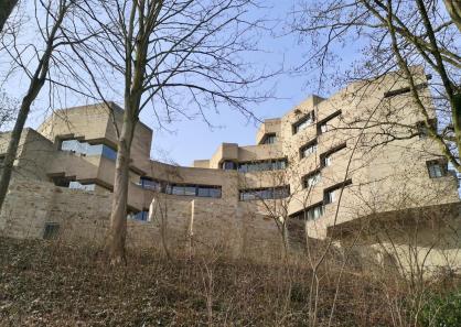 Blick aus dem ehemaligen Burggraben hinauf zum Rathaus
