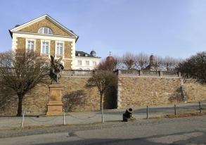 Kriegerdenkmal vor den historischen Mauern der Kadettenanstalt auf dem Schlossgelände