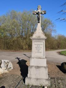 Kniefall auf der Gustorfer Höhe als Gedenken an die aufgegegbenen Ortschaften Reisdorf und St. Leonhard