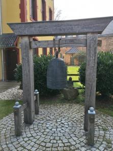 Buddhistische Friedensglocke auf Schloss Wachendorf