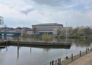 Blick von der Ruhrpromenade zur Stadthalle