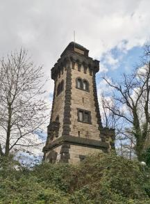 Bismarckturm oberhalb des Leinpfads