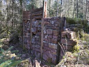 Rekonstruktion einer typisch keltischen Festungsmauer an der antiken Ringwallanlage auf dem Rotenberg
