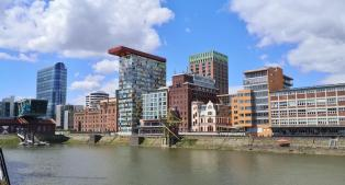 Alte und neue Bauten im Medienhafen