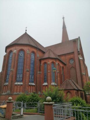Blick auf das Kirchenschiff und die Spitze des 72 Meter hohen Turm