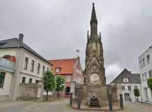"""Denkmal des """"Schwarzen Herzogs"""" Friedrich Wilhelm von Braunschweig-Wolfenbüttel zwischen Rathaus und Hafen"""