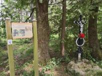 Gedenkstein im Wald für ein junges Mädchen, das 1687 von einem tollwütigen Wolf getötet wurde