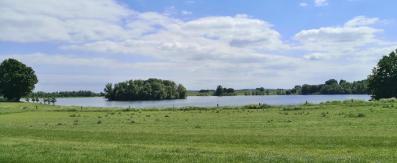 Blick über den Roosenhofsee und dahinter über den Rhein bis zu den beiden Türmen des Xantener Doms