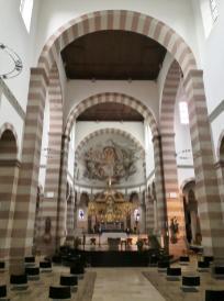 Romanische Bögen und Verzierungen im Kirchenschiff