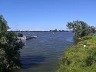 Blick auf den durch den Rheinhochwasser prall gefüllten Freizeitsee De Bijland
