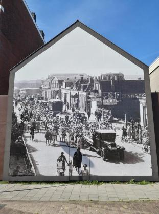 Baulücke mit einem historischen Foto der Straße an dieser Stelle vor 80 Jahren