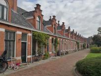 Innenhof der Sozialsiedlung mit vielen hübschen, aber schmalen HJäuschen
