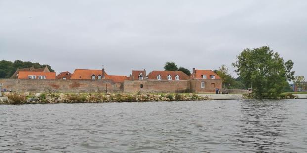 Häuser hinter der Hafenmauer am Wellenpad