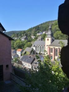 Die Kirchen St. Clemens und St. Salvator im Ortszentrum von Heimbach