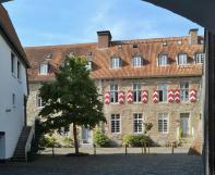 Innenhof der zu einer Wohnanlage umgebauten Burg