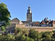 Stadtmauer am Martinetsingel mit dem Turm der St.-Walburgiskirche im Hintergrund
