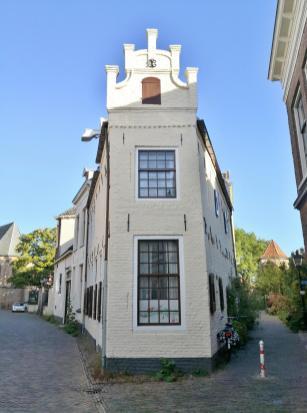Schmales Häuschen an der historischen Stadtmauer am Armenhage