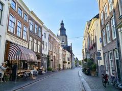 Blick durch die Lange Hofstraat zur St.-Walburgiskirche