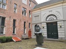 """Skulptur im Hinterhof der Kunstgalerie """"Het Langhuis"""" im Goudsteeg"""