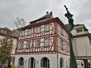 """Volkerbrunnen vor ehemaligem Schildwirtwshaus """"zum Karpfen"""" am Fischmarkt"""