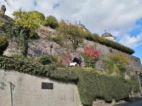 Mächtige Mauern am Aufweg zum Schloss