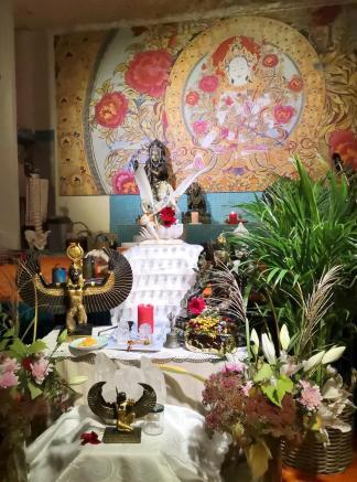 Altar im großen Yogaraum bei der Navaratri-Feier vor dem Bildhnis der buddhistischen Göttin Tara