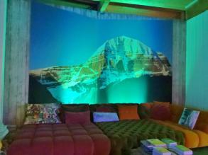 Aufenthaltsraum mit Bretz Möbeln vor einem Bild des heiligen Bergs Kailash in Nepal