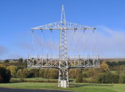 Strenge Symmetrie: Strommast kurz vor dem Simmernsee