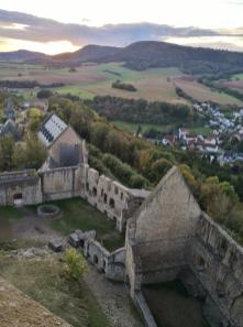 Blick vom Bergfried auf die Ruine der Oberburg