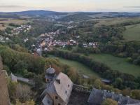 Blick von der Spitze des Bergfrieds hinunter nach Ruthweiler