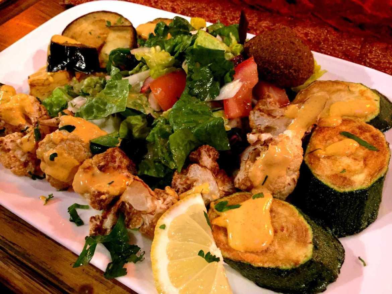 Gebackenes Gemüse mit Salat