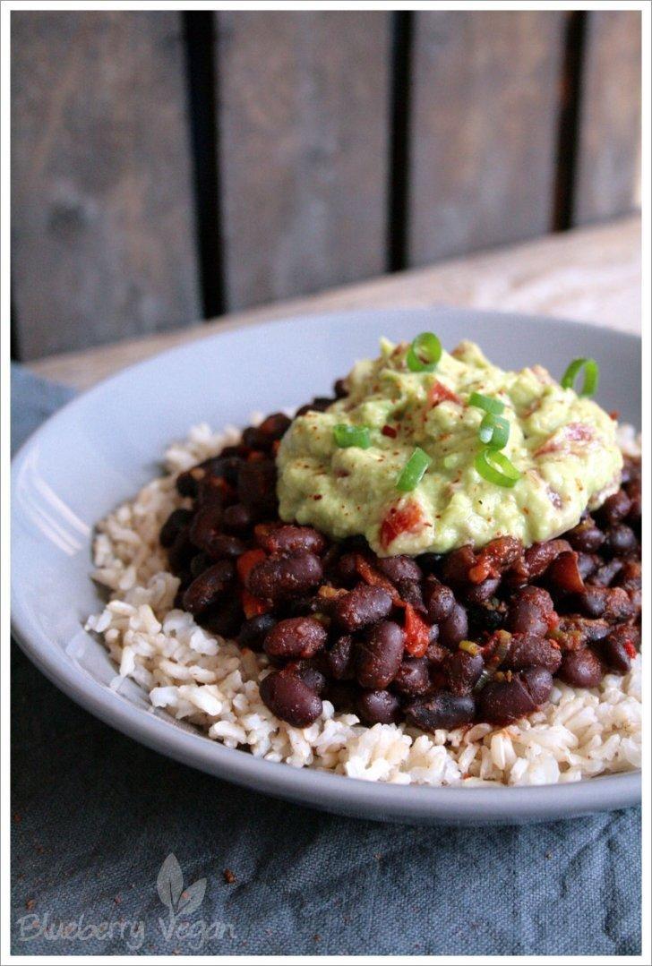 s ttigende burrito bowl mit reis schwarzen bohnen und guacamole blueberry vegan. Black Bedroom Furniture Sets. Home Design Ideas