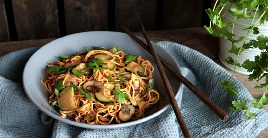 Asiatische Erdnuss-Nudeln mit Zucchini und Champignons