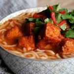 Thai-Curry-Nudelsuppe mit würzigem Tofu