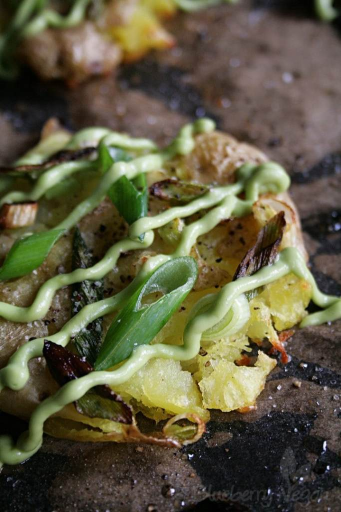 Knusprige Quetschkartoffeln mit Avocado-Aioli