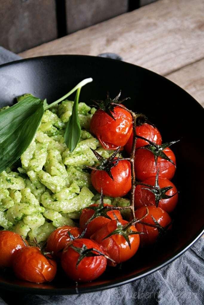 Spätzle mit Bärlauchpesto und Schmortomaten