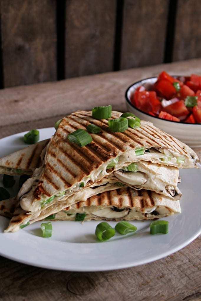 Quesadillas mit Cashewkäse, Pilzen und Tomatensalat