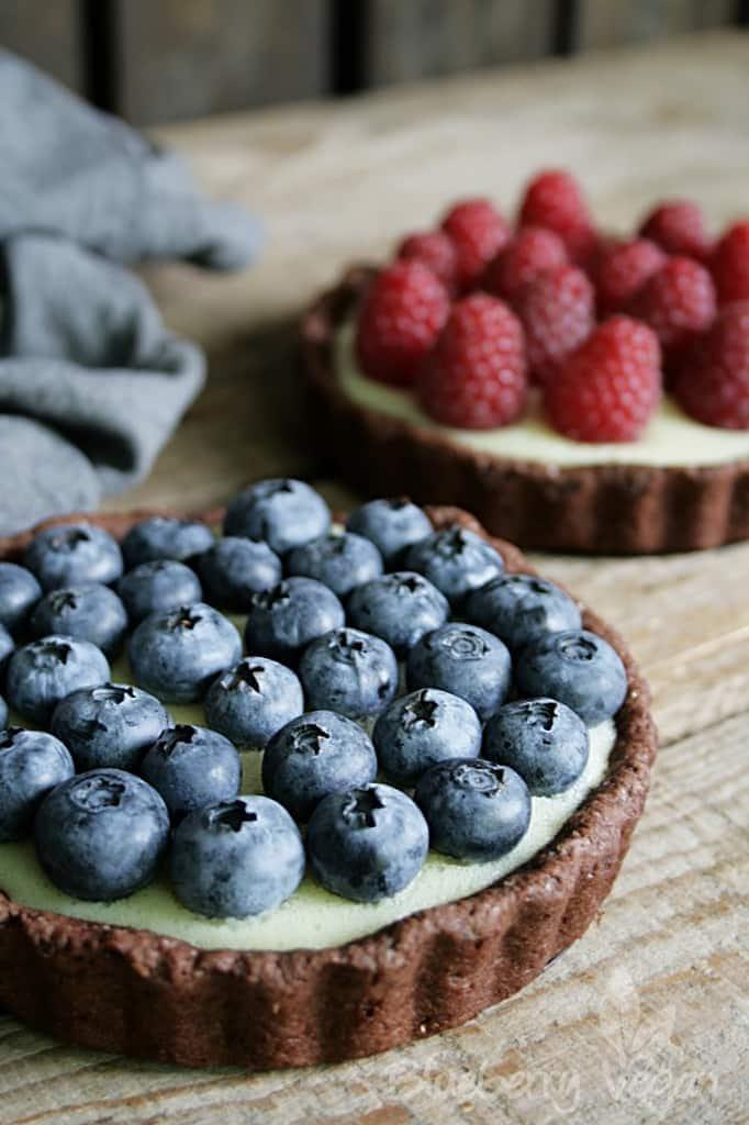 Schoko-Tartelettes mit Vanillepudding und frischen Beeren