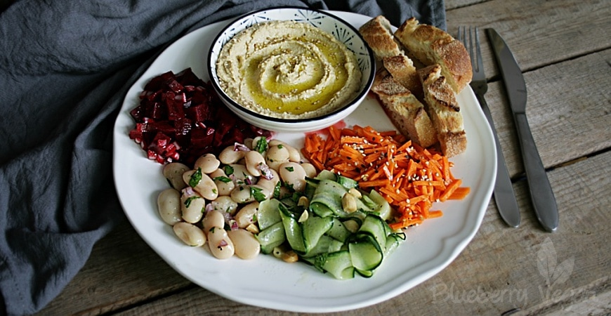 Schlemmerplatte mit Hummus, Brot und viererlei Salat