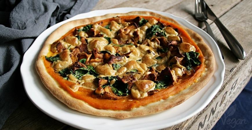 Herbstliche Kürbis-Pizza mit Pfifferlingen und Spinat
