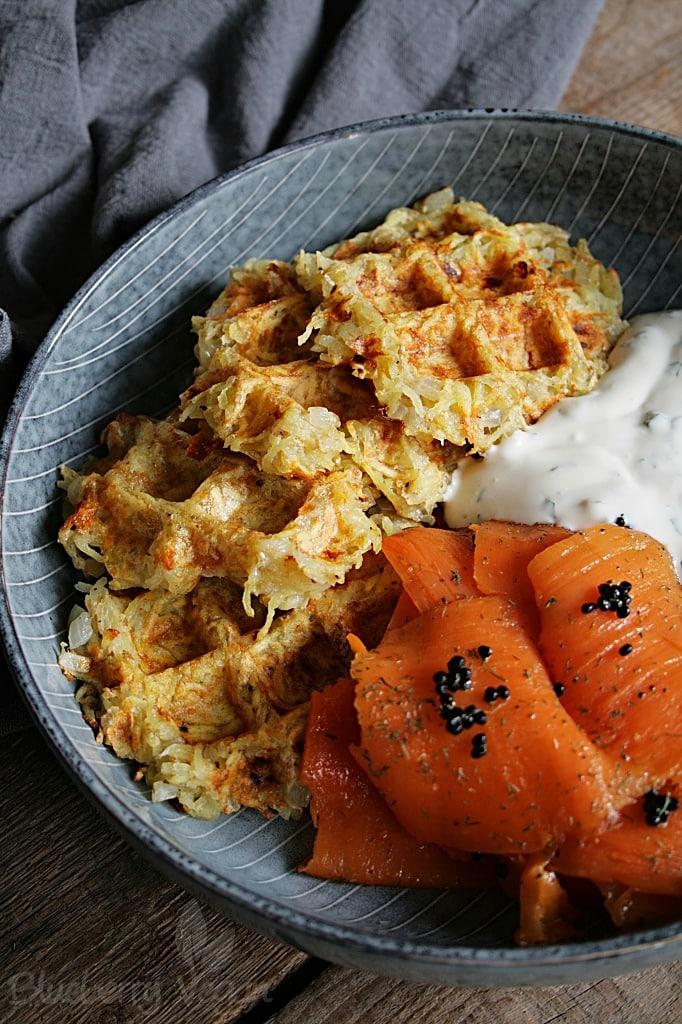 Herzhafte Kartoffelwaffeln mit veganem Kräuterquark