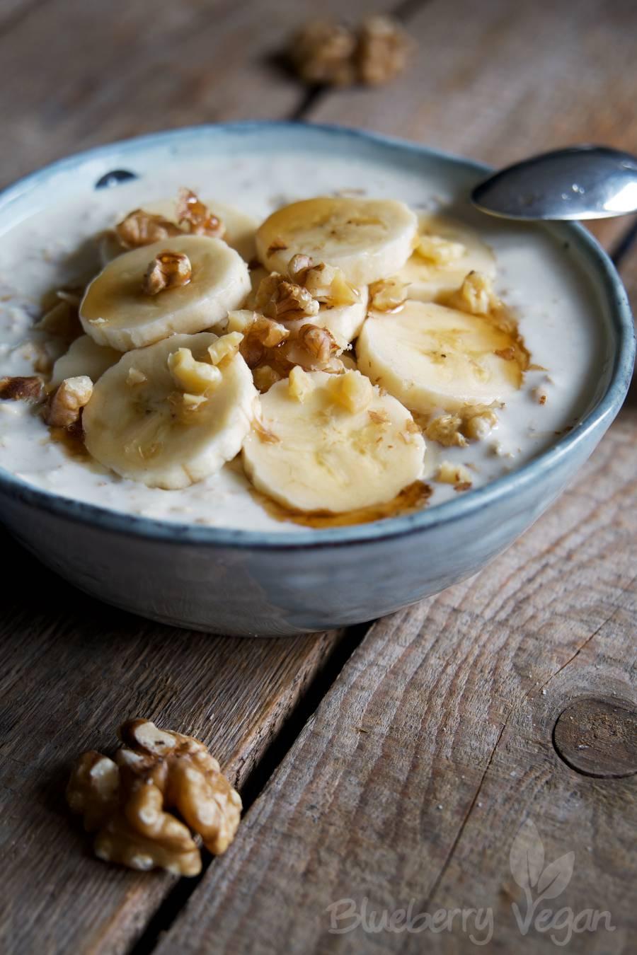 Overnight Yoghurt Oats mit Banane und Ahornsirup