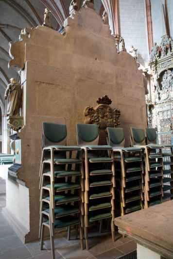 Hinter dem Altar werden die Stühle versteckt