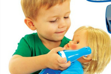 Resultado de imagem para menino brincando de boneca