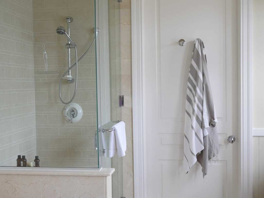 3 design tips on how to decorate. Clean and sunlit bathroom.