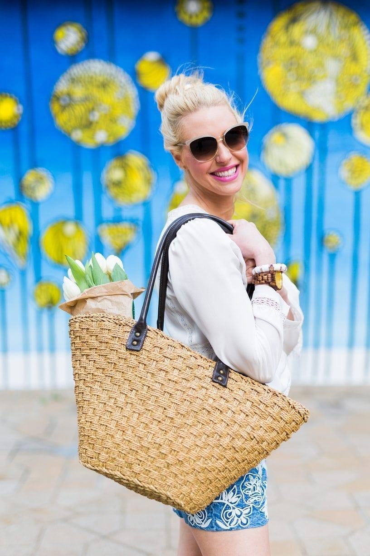 Beach outfits for women. Straw beach bags.