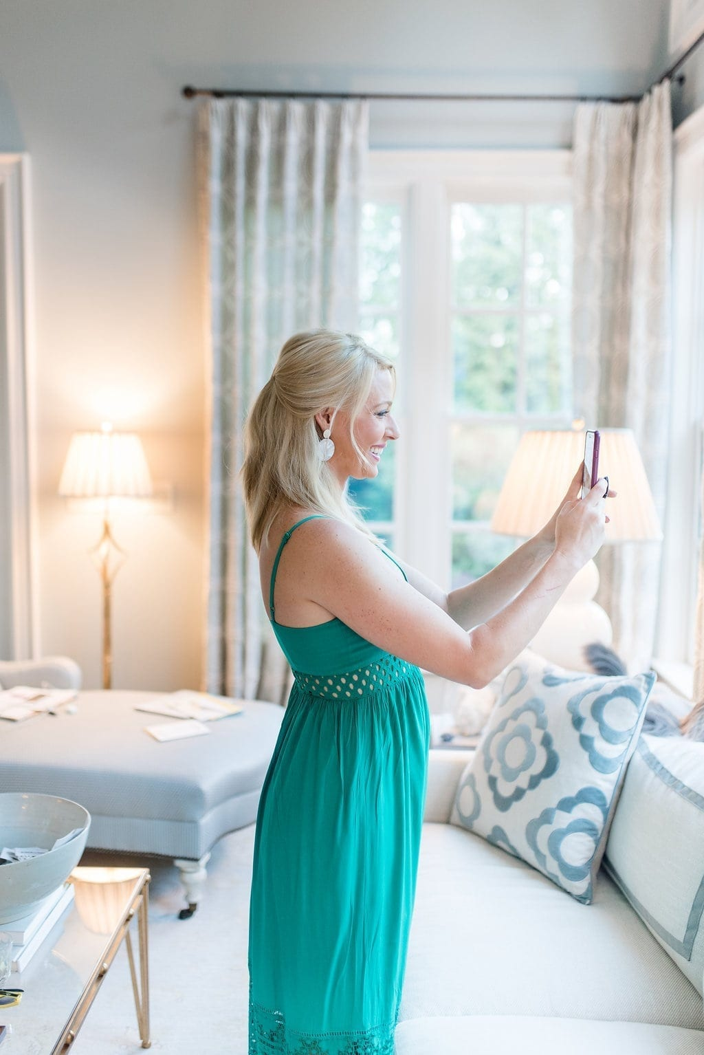 What is the best selfie app? Green maxi dress for summer. Atlanta blogger Kelly Page shows you how to take a great selfie!