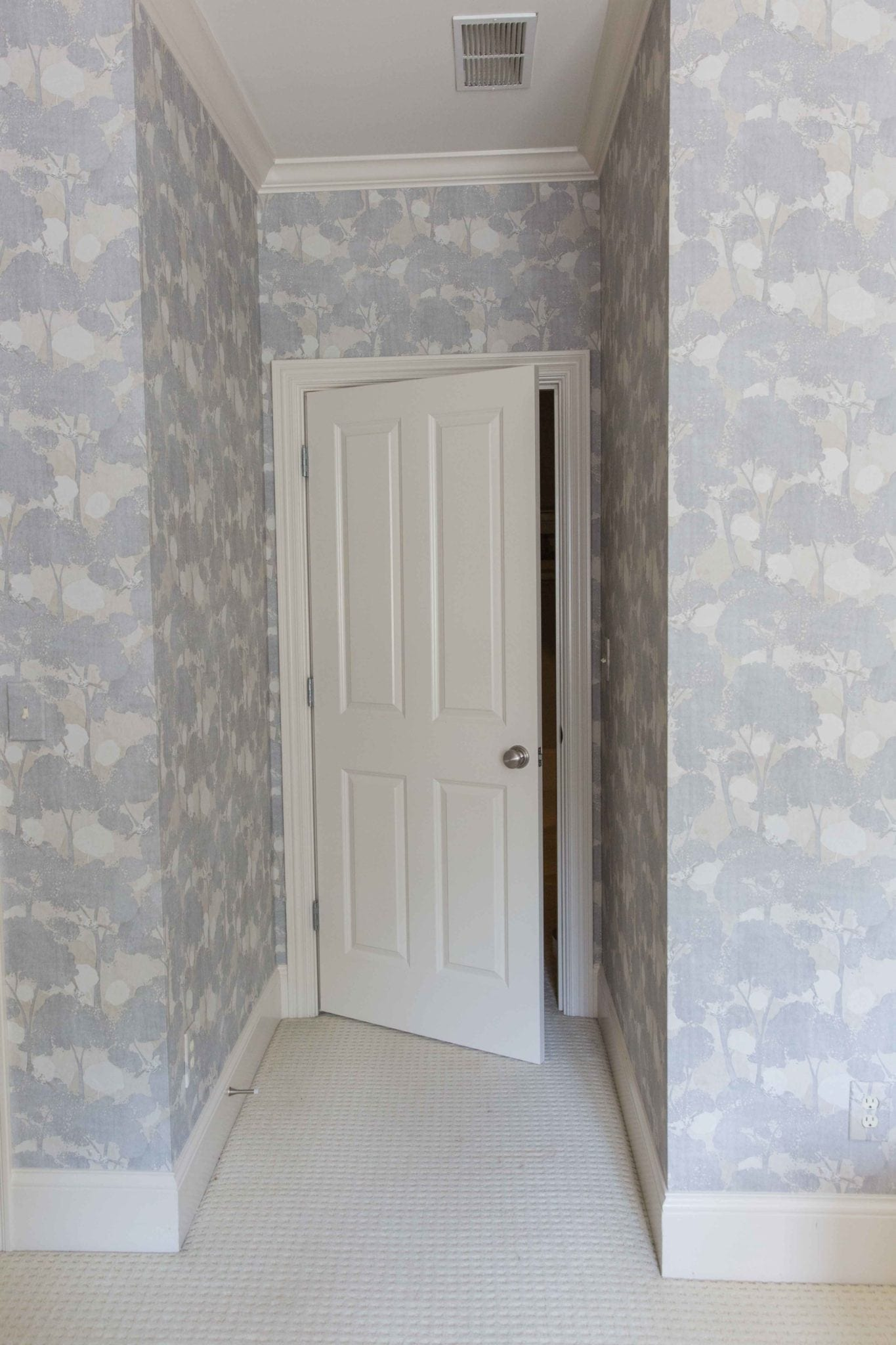 Tips to decorate a bedroom. Wallpaper design on all walls.