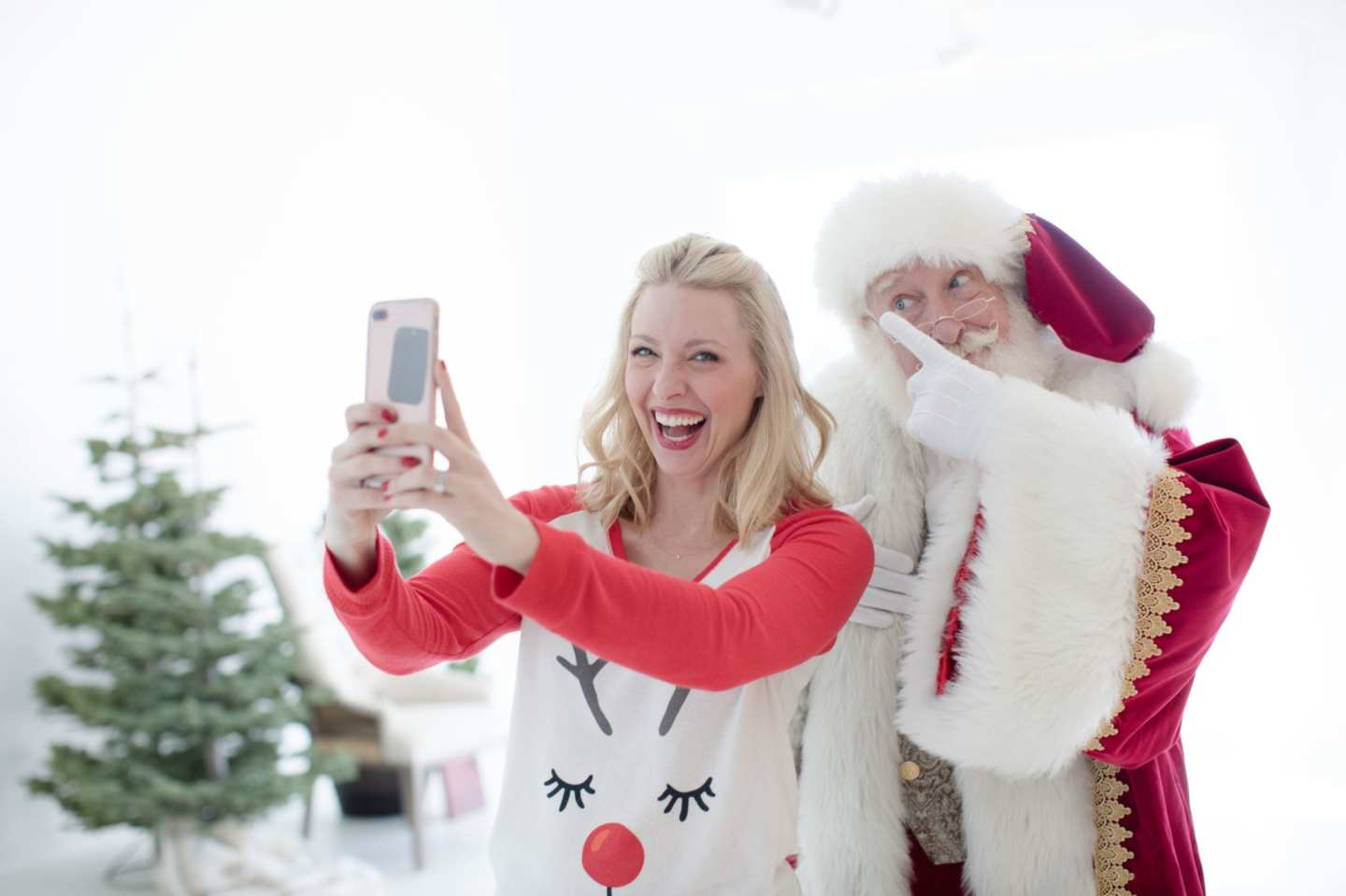 Atlanta blogger bluegraygal with Santa for Christmas pictures!