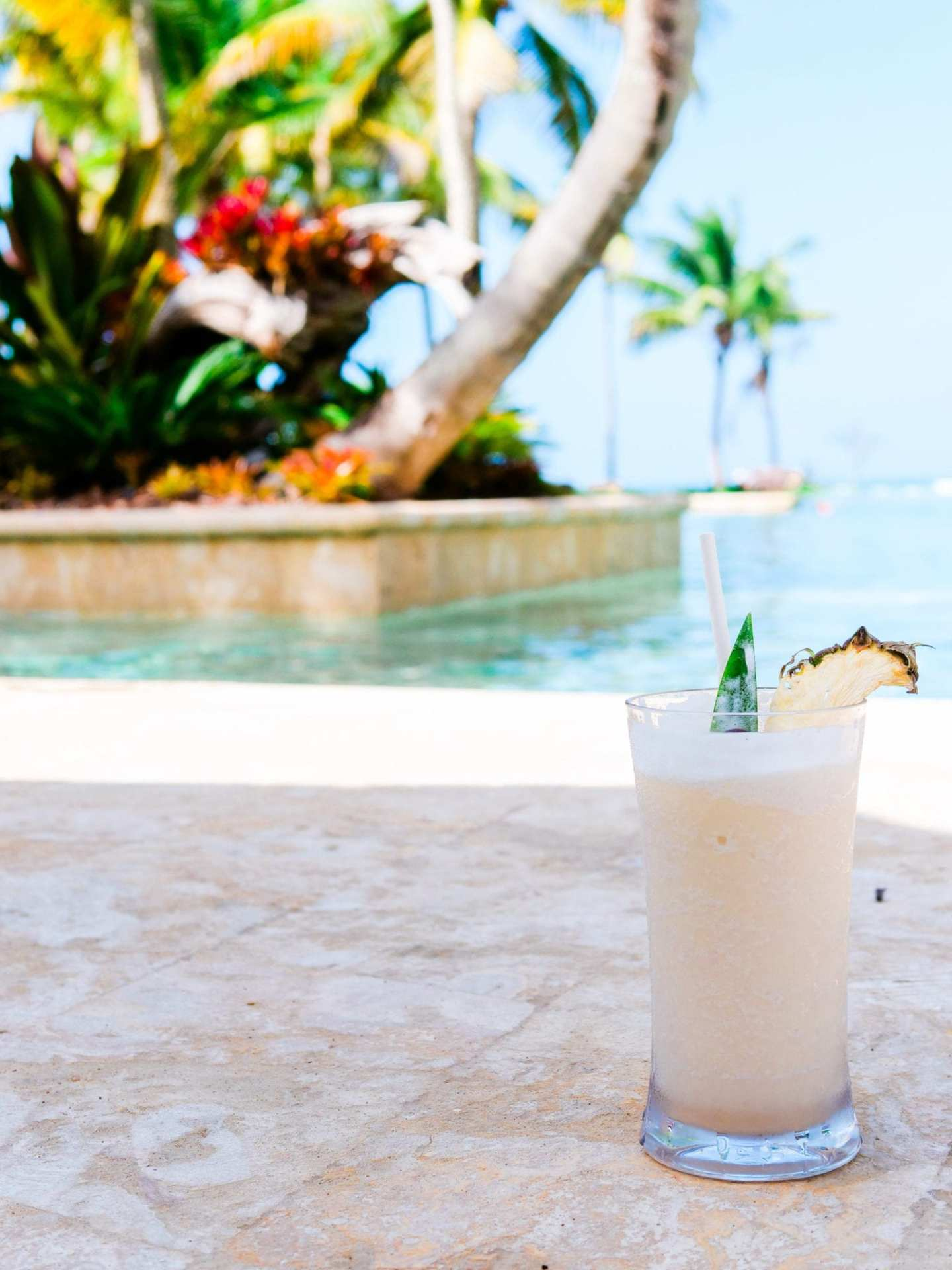 Dorado Beach Pool. What to bring on a beach vacation. My must have essentials for a week on a vacation by the ocean or pool!